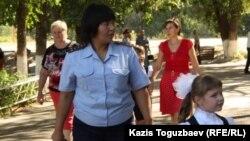 Школьный инспектор во дворе гимназии № 60. Алматы, 1 сентября 2014 года.