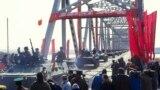Советские войска переходят границу Афганистана с Узбекской ССР в районе Термеза, 15 февраля 1989 года.