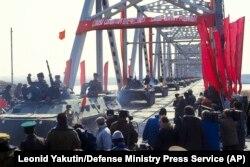 Ауғанстаннан шыққан совет әскері СССР аумағына өтіп барады. Термез, Өзбекстан, 15 ақпан 1989 жыл.