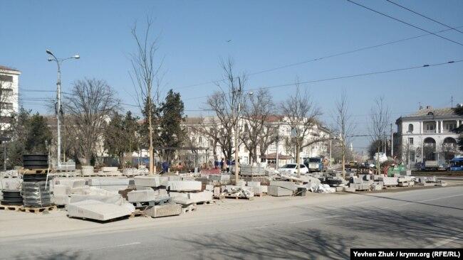Севастопольцы возмущены деревьями, посаженными на клумбе для цветов