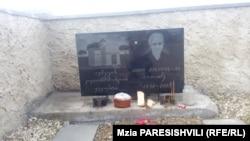 На могильной плите беженки из Авневи, похороненной в Новом Самгори, изображена церковь Богородицы Авневи. Апрель, 2018 г.