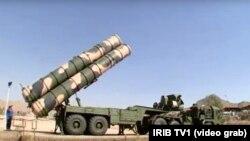 """Eýranyň döwlet telewideniýesinde """"Fordo"""" ýadro desgasyndaky """"S-300"""" kysymly raketa göteriji sistema görkezildi."""