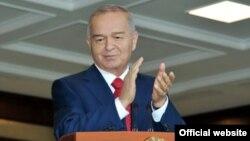 Президент Каримов 1 октябр - Ўқитувчи ва мураббийлар куни муносабати билан сўзлаган нутқида устозларга таъзим бажо келтирди.