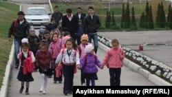 Дети возвращаются после уроков домой. Алматинская область, 3 апреля 2013 года.