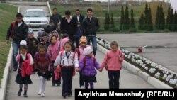 Мектептен қайтып келе жатқан оқушылар. Талғар ауданы, Алматы облысы. 3 сәуір 2013 жыл.