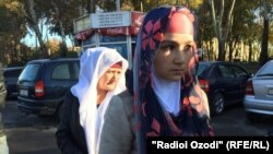 Умарали Назаровтың анасы Зарина Юнусова еліне оралған кез. Душанбе, 16 қараша 2015 жыл.