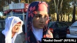 Ресейден бес айлық баласының мәйітін әкелген Зарина Юнусова (оң жақта). Тәжікстан, Душанбе, 16 қараша 2015 жыл.