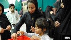 Ирандағы президент сайлауында дауыс беріп жатқан әйел. 14 маусым 2013 жыл.