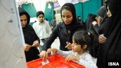 Женщины голосуют на избирательном участке во время выборов президента Ирана. 14 июня 2013 года.