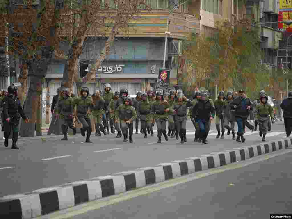 Riot police charge toward opposition supporters in Tehran (photo by Sara)