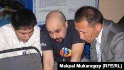 Wikimedia қорының өкілі (ортада) Turkic Wikimedia conference жиынында. Алматы, 21 сәуір 2012 жыл.