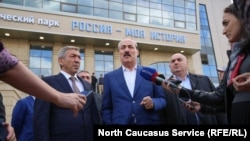 Экс-глава Дагестана Абдулатипов (в центре) и мэр Махачкалы Муса Мусаев (по левую сторону от него)