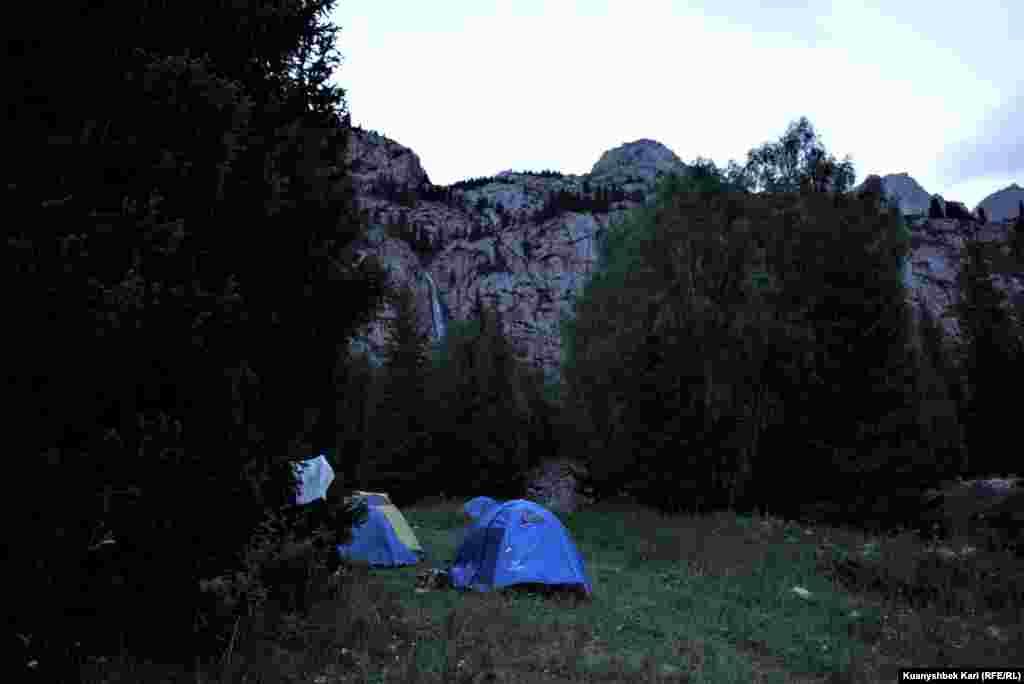 Многие приехавшие посмотреть водопад разбивают палатки.