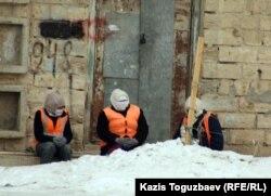 Некоторые из трудоустроенных. Жанаозен, 16 февраля 2012 года.