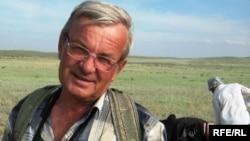 Археолог Виктор Варфоломеев на раскопках могильника Тегизжол в Карагандинской области.