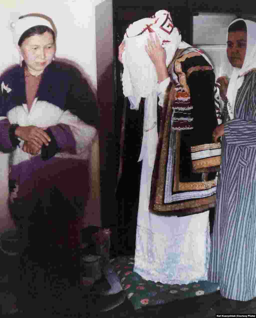 """Жаңа түскен келін """"келін шай"""" кезінде. Иран, Бәндар Түркімен қаласы, 1998."""