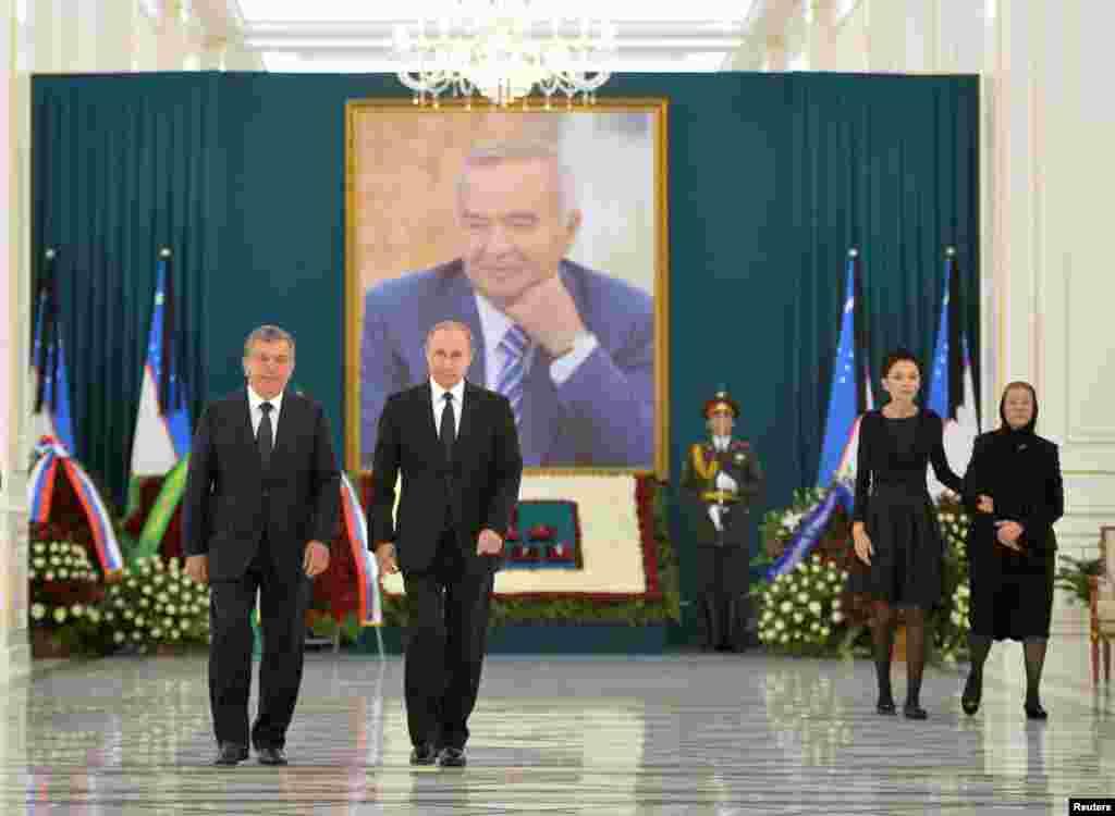 Президент России идет с премьер-министром Узбекистана