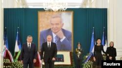 Владимир Путин с премьер-министром Узбекистана Шавкатом Мирзиёевым на церемонии возложения цветов к могиле Каримова