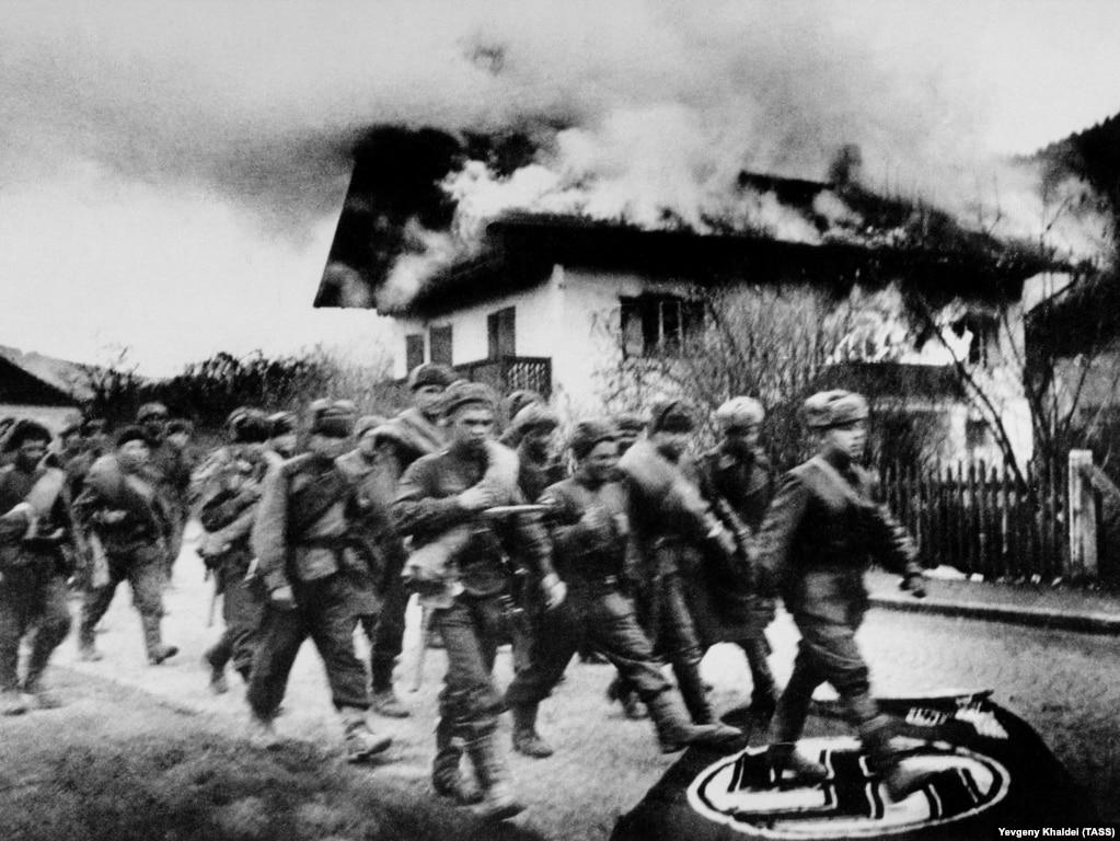 """Солдаты Красной армии маршируют на Берлин. На войне Халдей использовал для съемок немецкую """"Лейку III"""" с объективом, имевшим фокусное расстояние 35 мм. В 2014 году эта камера была продана на аукционе почти за 200,000 долларов."""