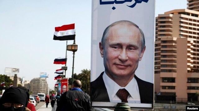 پوستری از ولادیمیر پوتین در قاهره. ۹ فوریه ۲۰۱۵
