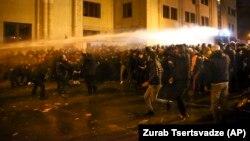 Tbiliside polisiýa protestçileri dargatmak üçin suw toplaryny ulandy.