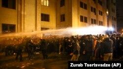 Грузия полицияси парламент ёнидаги норозилик намойишчиларини тарқатиш учун сув тўпларини ишга солди 2019, 26 ноябрь тонги.