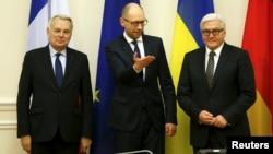 Ուկրաինայի վարչապետ Արսենի Յացենյուկը (կենտրոնում), Գերմանիայի ԱԳ նախարար Ֆրանկ-Վալտեր Շտայնմայերը (աջից) և Ֆրանսիայի ԱԳ նախարար Ժան-Մարկ Էրոն հանդիպում են Կիևում, 22-ը փետրվարի, 2016թ․