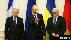 Ukrainian Prime Minister Arseniy Yatsenyuk (center) welcomes German Foreign Minister Frank-Walter Steinmeier (right) and French Foreign Minister Jean-Marc Ayrault to Kyiv on February 22.