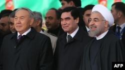 (sagdan çepe) Eýranyň prezidenti Hassan Rohani, Türkmenistanyň prezidenti Gurbanguly Berdimuhamedow, Gazagystanyň prezidenti Nursoltan Nazarbaýew.