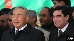 Президенты Казахстана и Туркменистана Нурсултан Назарбаев (слева) и Гурбангулы Бердымухаммедов.
