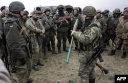 Бойцы добровольческого батальона «Донбасс» неподалеку от Мариуполя. 1 апреля 2015 года
