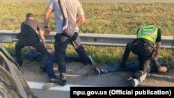 უკრაინის ნაციონალური პოლიციის ოფიციალური საიტის ცნობით, ეჭვმიტანილები კიევ-ბორისპოლის ტრასაზე 19 აგვისტოს დააკავეს.