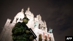 Французский солдат патрулирует напротив базилика Сакре-Кёр.