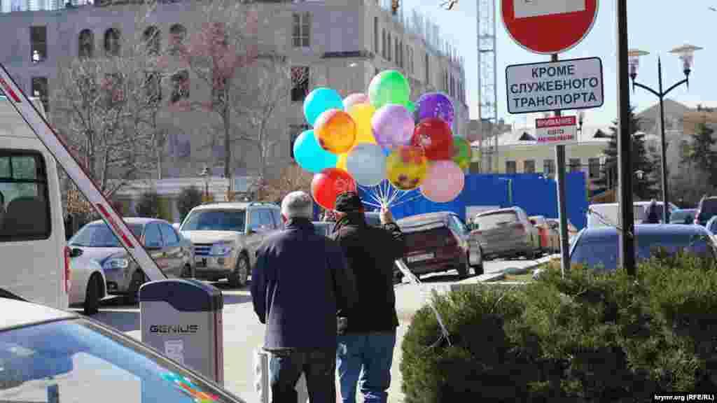 В качестве подарка на 8 Марта некоторые выбирают воздушные шары
