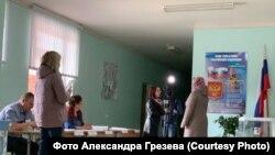 Журналисты берут интервью на избирательном участке. Наблюдатели заявляют, что это расценивается, как агитация