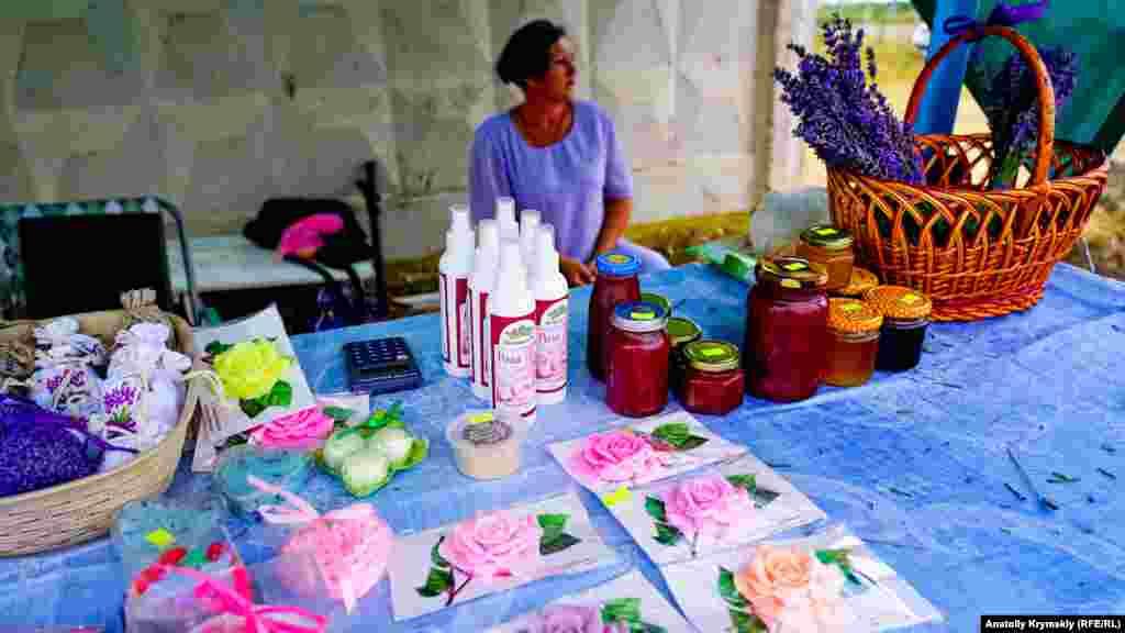 Недавно «Крым-Аромат» собрал урожай чайной розы. И теперь изделия из нее – мыло, варенье и другое – продают прямо перед лавандовым полем