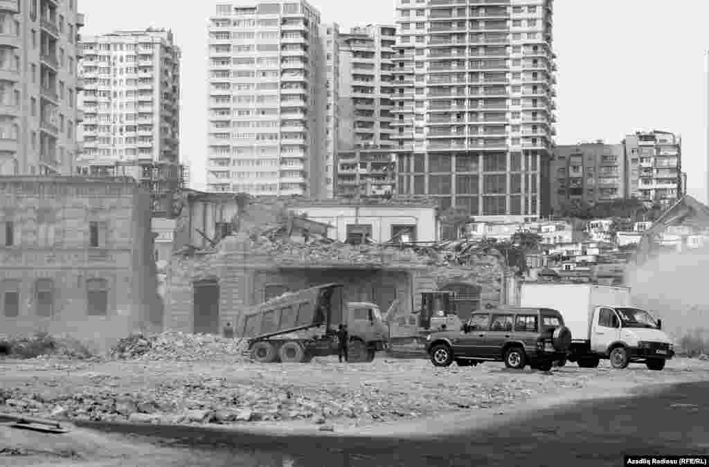 Əvvəllər tarixi abidələr siyahısında olan bəzi binalar söküntü başlayandan sonra bu siyahıdan çıxarıldı.