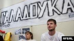 Білорусь - Активісти Молодого Фронту голодують в знак солідарності з підприємцем Миколою Автуховичем, Мінськ, 6 травня 2009 р.