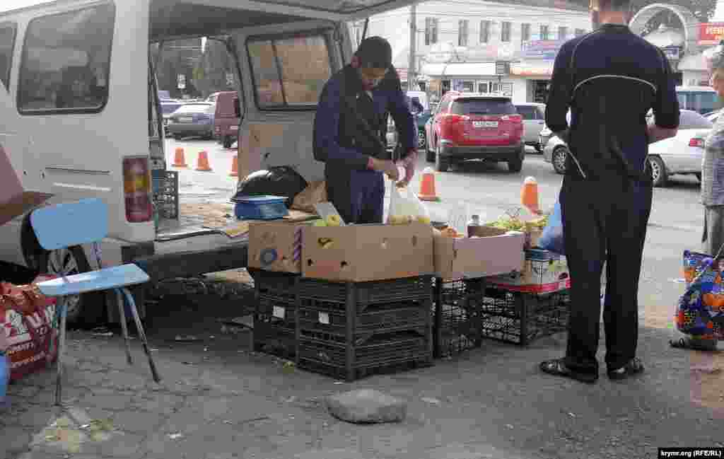 Деякі торговці продають овочі з машин, щоб у разі появи поліції швидко завантажити товар у машину і виїхати