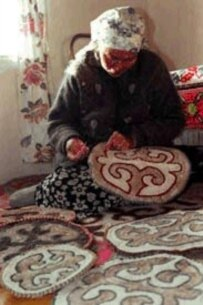 A Kyrgyz villager creates handicrafts to raise funds to protect the snow leopard (Snow Leopard Trust)