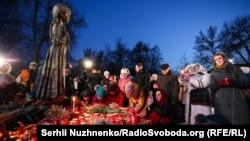 Під час вшанування жертв Голодомору-геноциду в Україні 1932–1933 років. Київ, 23 листопада 2019 рокe