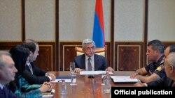 Президент Армении Серж Саргсян проводит совещание с участием глав правоохранительных органов, Ереван, 22 июля 2016 г. (Фотография -пресс-служба президента Армении)