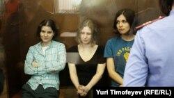 """Pussy Riot"" pank toparynyň tussaglyga höküm edilen agzalary. 17-nji awgust, 2012 ý."