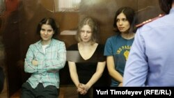 Участницы панк-группы Pussy Riot в Хамовническом суде, 17 августа 2012