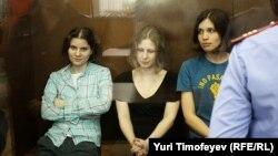 Pussy Riot тобының әншілері сотта отыр. Мәскеу, 17 тамыз 2012 жыл.