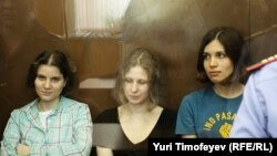 Члены российской панк-группы Pussy Riot, осужденные на двухлетний срок за концерт в храме Христа Спасителя в Москве.