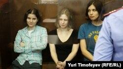 Pussy Riot мүшелері сот залында. Мәскеу, 17 тамыз 2012 жыл. (Көрнекі сурет).