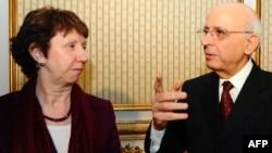 Premierul tunisian Mohamed Ghannouchi discutînd cu Catherine Ashton la Tunis