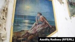 İndi dağıntıların içindən peşəkar rəssamın fırçasından çıxan dənizi seyr edən qadın, mənzərə boylanır.
