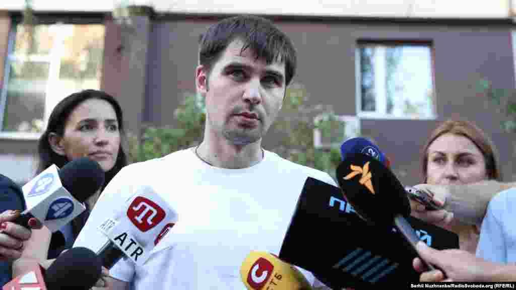 Він також відмовився коментувати чутки про наявність російського паспорта, додавши, що має намір із цього приводу проконсультуватися з українськими спецслужбами